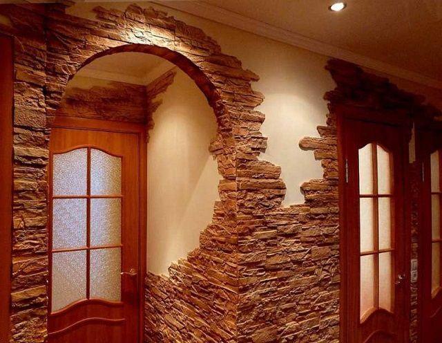 Очень выигрышно смотрятся стены, полностью или фрагментарно отделанные под натуральный камень