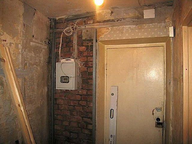 При капитальной реконструкции коридора стены и потолок обычно «раздевают» до самого основания