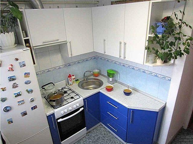 Очень часто к выполнению перепланировок хозяев побуждают чрезвычайно тесные размеры кухни