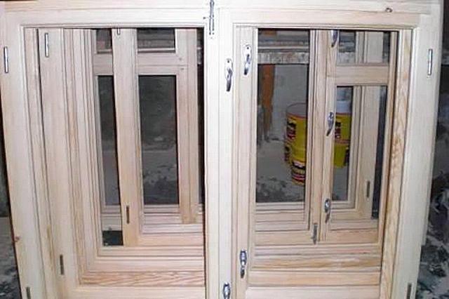 Деревянные окна с обычным двойным остеклением нередко сами по себе, за счет имеющихся неплотностей, обеспечивают необходимый уровень поступления свежего воздуха в помещение