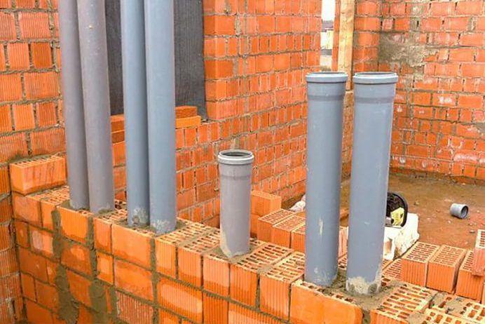 В качестве вентиляционных каналов применены пластиковые трубы, которые вмуровывают в кирпичную внутреннюю стену