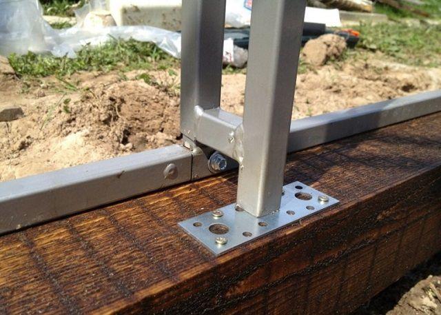 Один из вариантов крепления металлического каркаса на деревянном брусе обвязки