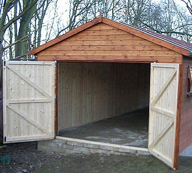 Несложные, но прочные деревянные ворота для каркасного гаража будут намного уместнее