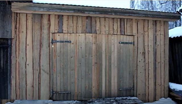 Смотрится гараж, возможно, грубовато, но это оправдывается простотой и дешевизной такой постройки
