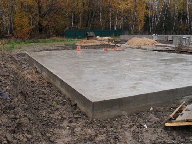 Одно из оптимальных решений для гаража – это малозаглубленный плитный фундамент.