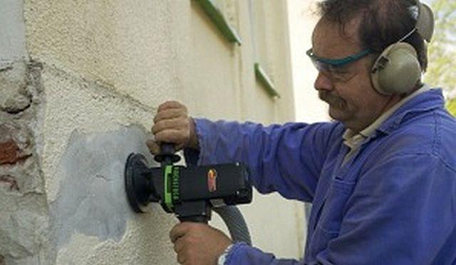 Быстро и чисто – шлифовальная машина подключена к строительному пылесосу