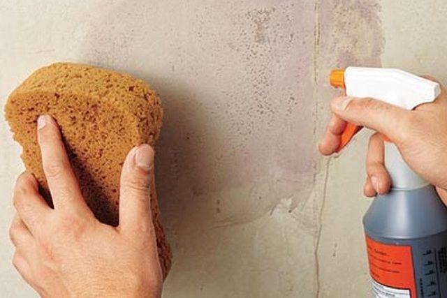 Чтобы снять старые обои со стены, их желательно насквозь промочить водой