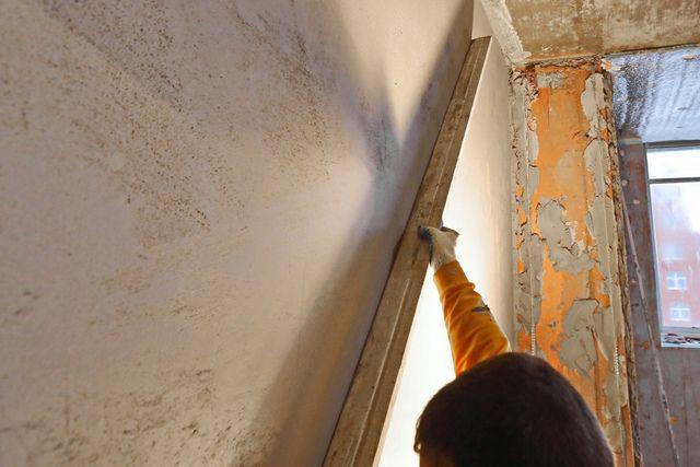 Декоративная штукатурка будет смотреться хорошо, если стена является ровной