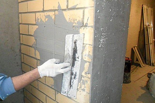 Если стена достаточно ровная, то при оштукатуривании вполне можно обойтись и без системы маяков