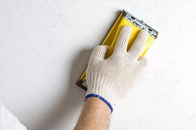 Операция шлифования доводит зашпатлеванные стены до идеальной ровности и гладкости