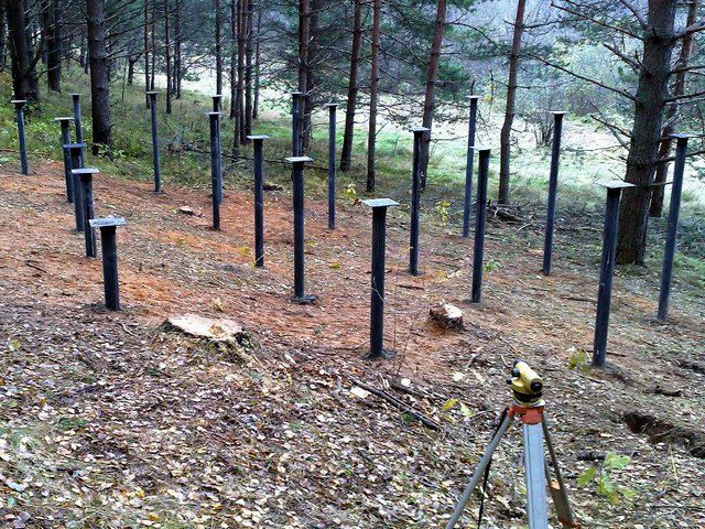 Свайный фундамент позволяет упростить строительство домов на участках с выраженно пересеченным рельефом