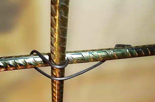 Соединительный узел двух перекрещивающихся прутов арматуры, собранный с применением специального прудинящего коннектора-скрепки