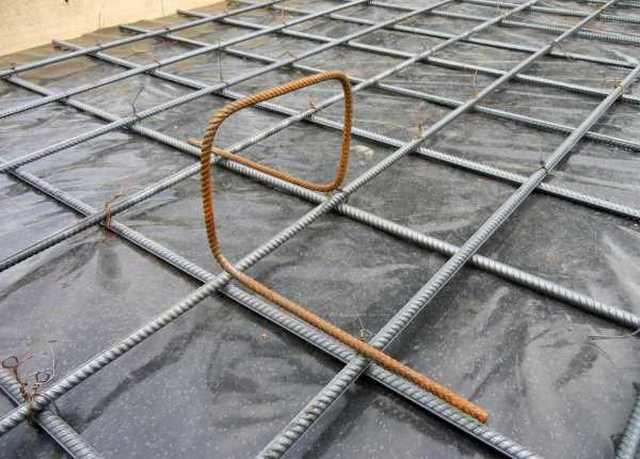 «Паук» или «лягушка» — подставка, которая будет обеспечивать необходимое расстояние между верхней и нижней решетками