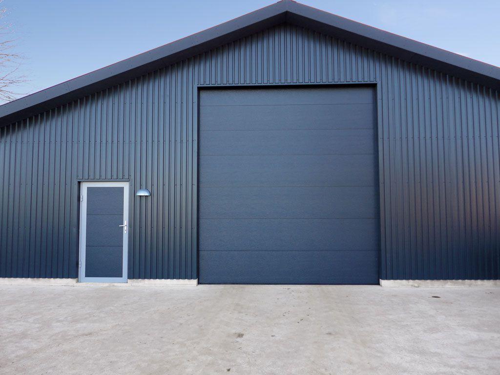 Секционные ворота и боковая дверь