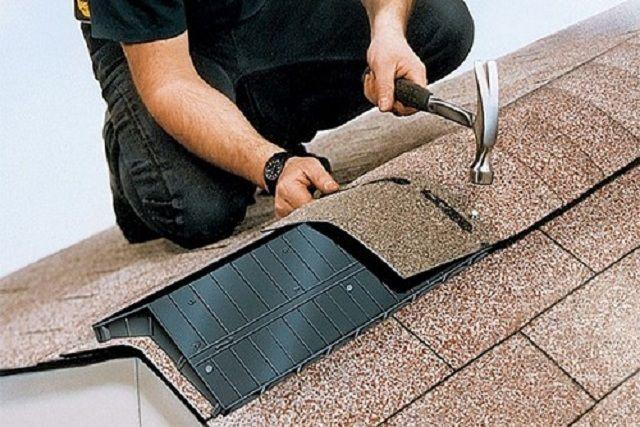 Конек крыши из мягкой черепицы удобнее всего монтировать с использованием специального пластикового угла, обеспечивающего необходимую вентиляцию подкровельного пространства