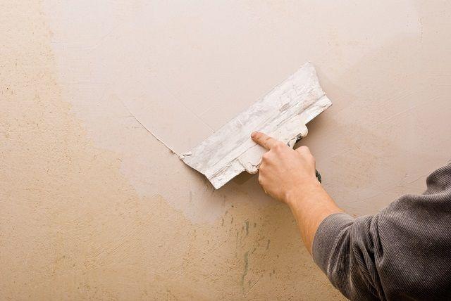 Если стена не имеет значительных дефектов, и ее выравнивание сводится в большей степени к выглаживанию поверхности, то можно обойтись только шпатлевкой