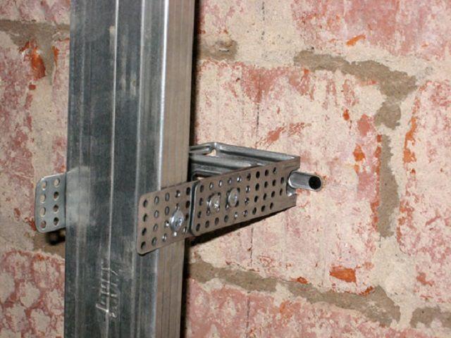 Крепление оцинкованного профиля на прямой подвес позволяет регулировать вертикальность его установки