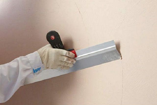Шпатлевание стен может быть самостоятельным способом их выравнивания, либо выступать завершающим этапом при использовании иных технологий приведения стен в порядок