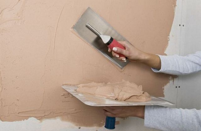 Чтобы шпатлевание стены прошло «на отлично», придется немало потренироваться, набить руку