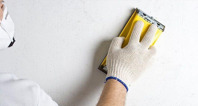 Шлифование зашпатлеванной поверхности должно довести стегну до идеальной гладкости