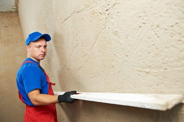 Оштукатуривание применяется при фасадных работах, и в тех случаях, когда на стене имеются значительные перепады уровня