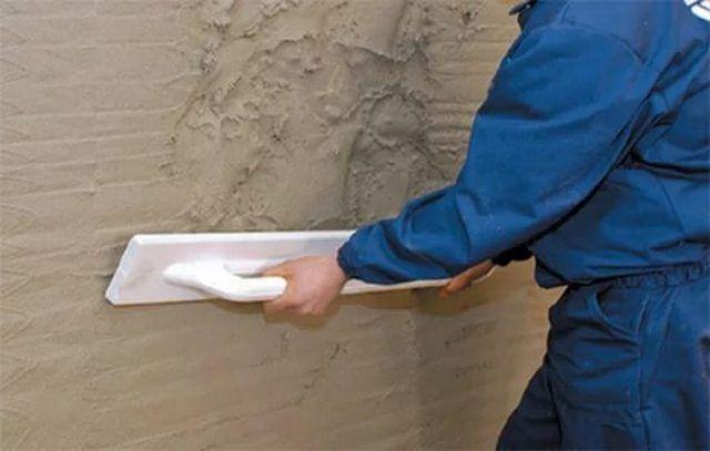 Разравнивание нанесенного раствора по поверхности стены с помощью полутерка