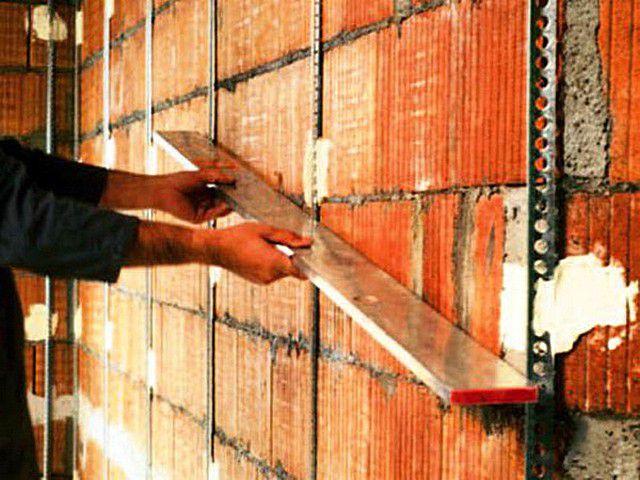 Если требования к качеству отделки – высоки, а перепад уровня поверхности стен превышает 10 мм, то лучше не экспериментировать, а провести оштукатуривание по маякам