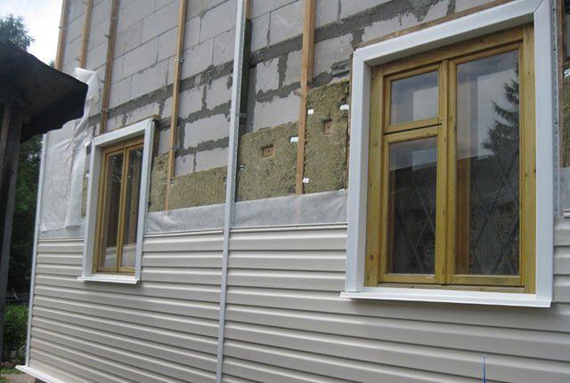 В пространстве между стеной и сайдингом можно расположить и утеплитель, и влагозащиту, и на вентилируемый зазор место останется