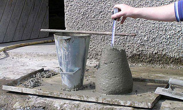 Замер, насколько просел сформованный опытный растворный конус, помогает определиться с показателем подвижности готового бетона