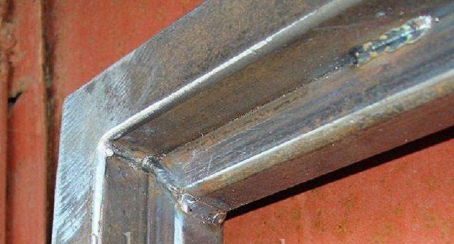 Рама каркаса калитки, сваренная из профильных труб двух размеров: 40×40 и 20×20 мм, что позволяет произвести фиксацию профлиста изнутри – снаружи крепежные элементы будут не видны.