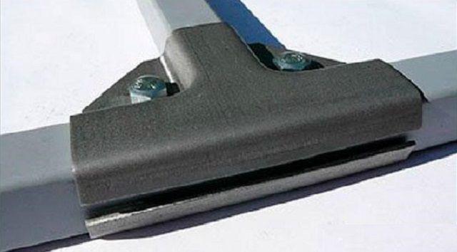 Специальный хомут-тройник для создания соединения профильной трубы