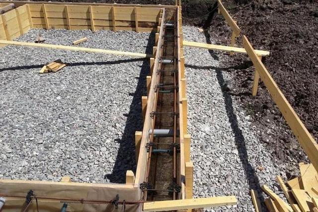 Песчано-гравийные «подушки», которые насыпаются и трамбуются при обустройстве практически любых типов фундамента, сами по себе являются элементом пластового дренажа