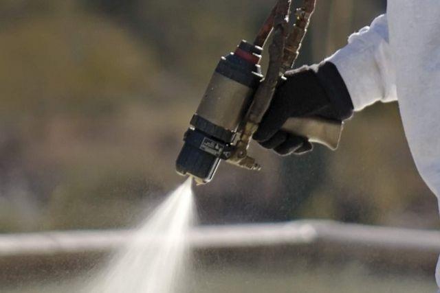 Адгезионные качества у пенополиуретана, действительно, на высоте, но это не снимает с мастеров обязанности готовить поверхности к утеплению, например, очищая их от старых нестабильных покрытий, от грязи и пыли.