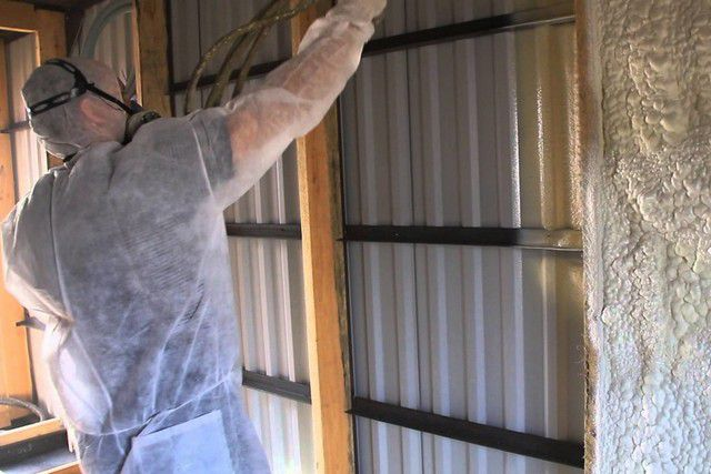 Металлические стены? – ничего страшного! Напыляемая пена создаст и должноеутепление поверхностей, и весьма эффективную их защиту от коррозии!