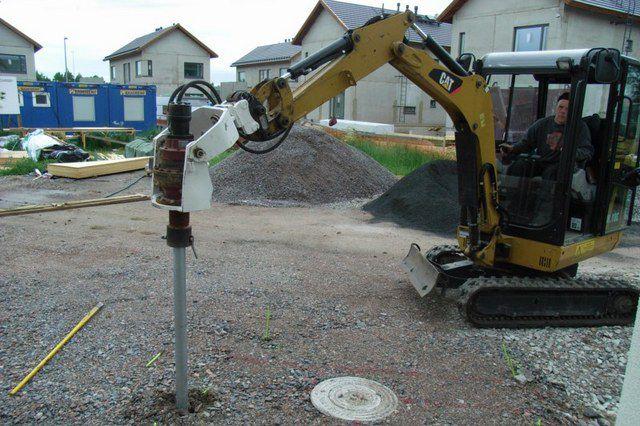Использование специальной техники позволяет предельно ускорить создание свайного поля, полностью готового под дальнейшее строительство