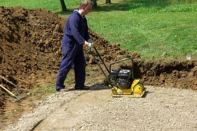 Создание песчано-гравийной или щебеночной «подушки» требует очень тщательной послойной трамбовки с применением виброплиты