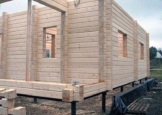Свайно-винтовой фундамент отлично подойдет для дома из бруса