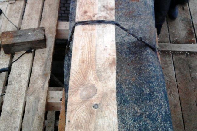Проволочная петля после затяжки с помощью монтировки – мауэрлат плотно прижат к стене.