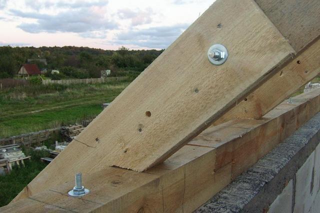 С некоторым допущением, значение мауэрлата для конструкции крыши можно сравнить с важностью фундамента – для всего дома.