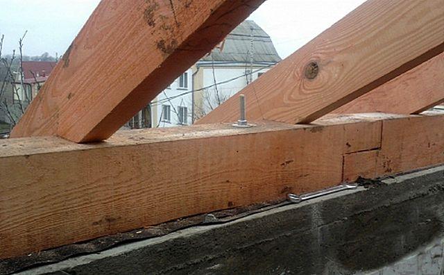Желательно, чтобы брус мауэрлата все же был несколько уже стены – чтобы оставался с обеих сторон отступ не менее 50 мм.
