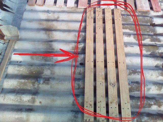 Деревянный решетчатый настил намного снизит вероятность повреждения шифера при необходимости перемещения по крыше
