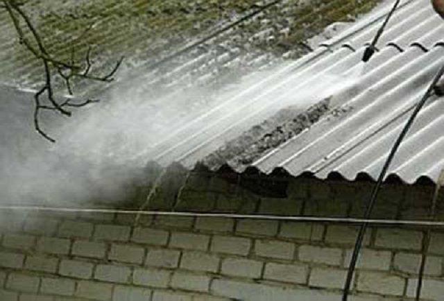 Хорошие результаты показывает гидродинамическая очистка. Так что если в хозяйстве имеется мини-мойка, то уборку крыши можно проводить регулярно
