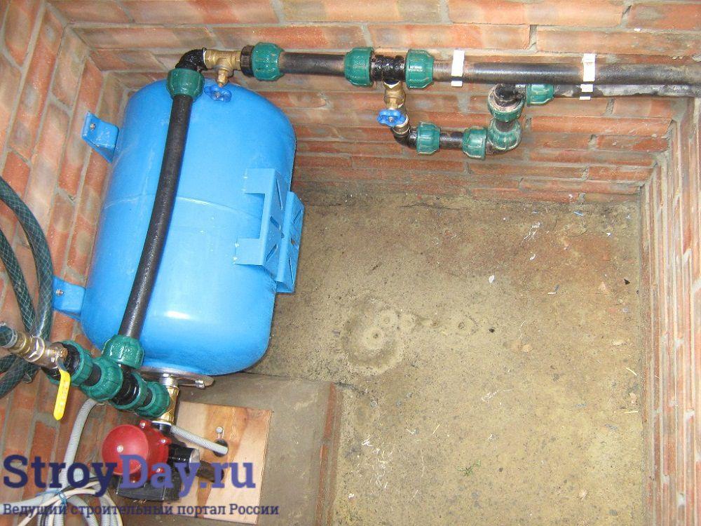 Фото 10. С помощью двух вентильных кранов и тройника труба от скважины врезается в водопроводную систему дома