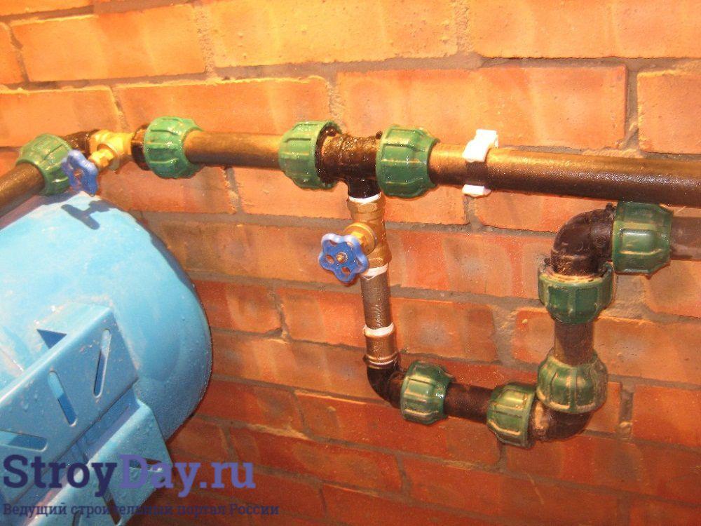 Фото 12. Для фиксации труб используются пластиковые клипсы