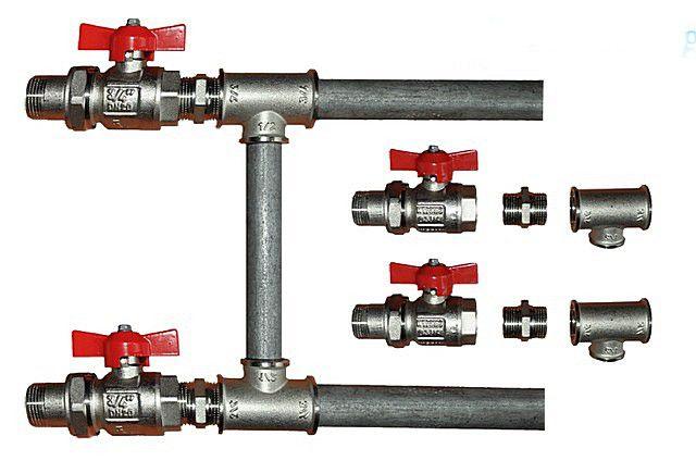 Комплект металлических деталей для обвязки радиатора с установкой байпаса. Хорошо видны размеры труб подводки и перемычки, запорные краны с накидными гайками