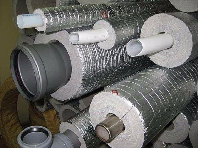 Утеплители из пенополиэтилена для труб выпускаются обычно в форме цилиндров с определенным внутренним и внешним диаметром. Это очень удобно для проведения быстрого их монтажа