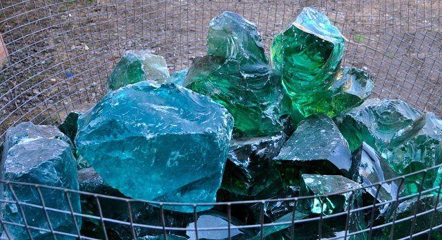 Искусственно изготовленные стеклянные камни – модный тренд в заполнении декоративных габионов