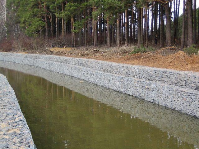 Габионами очень часто укрепляют русла рек или рукотворных каналов