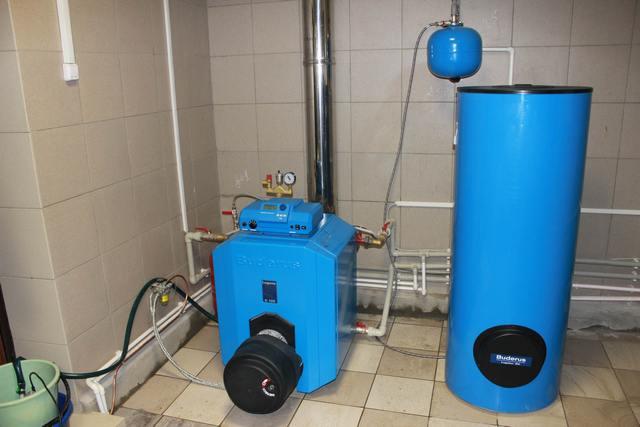 Оптимальное сочетание – дизельный котел со сменной горелкой, то есть с возможностью перехода на иной тип топлива, и связанный с ним бойлер косвенного нагрева