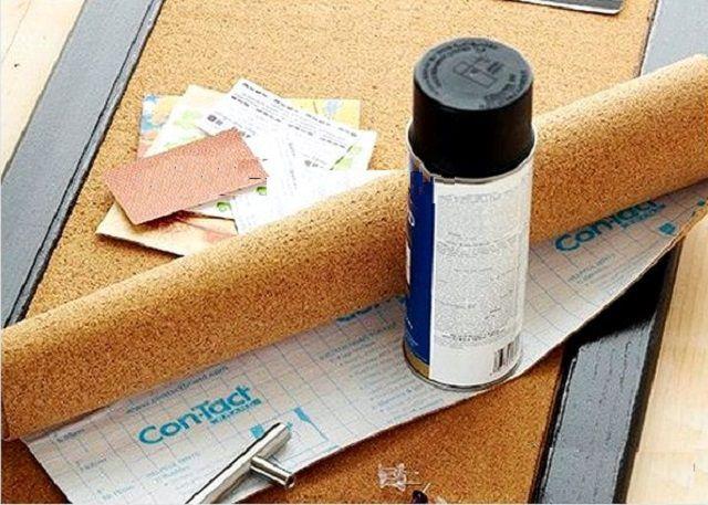 Для проведения отделки очень удобны пробковые полотна, оснащенные самоклеящимся слоем, временно закрытым бумажной защитной подложкой